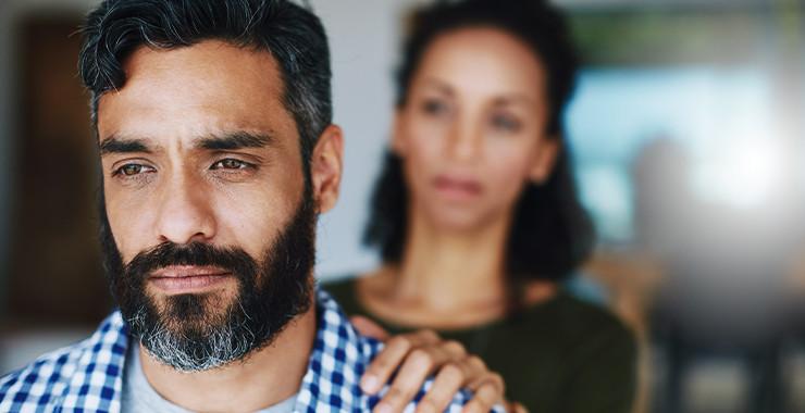 hombre_con_estres_postraumatico_recibiendo_apoyo_de_su_pareja
