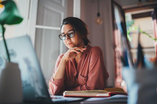 joven_estudiando_desde_su_computadora