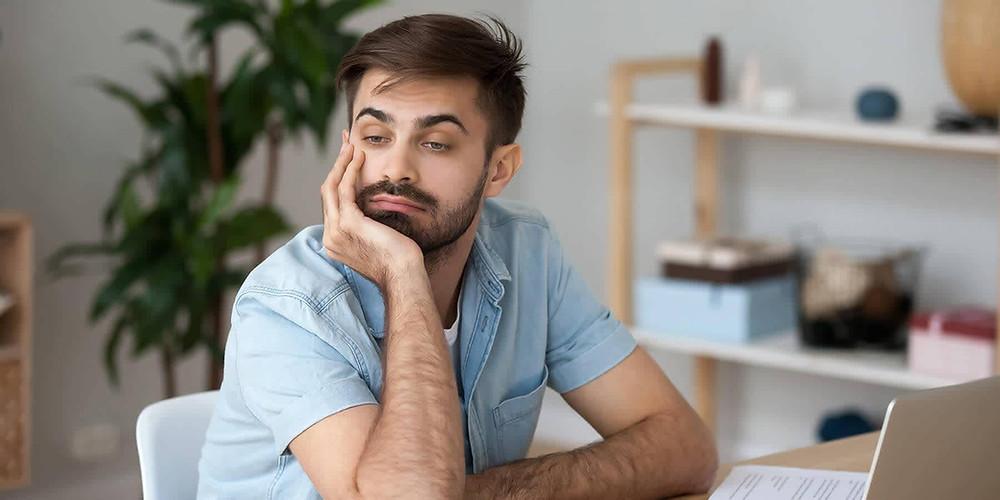 hombre_poco_concentrado_en_el_trabajo