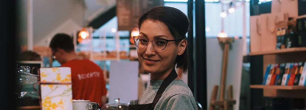mujer_sonriendo_contenta_en_su_trabajo