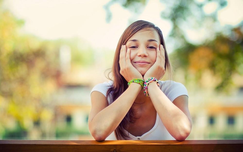 joven mujer sonriendo