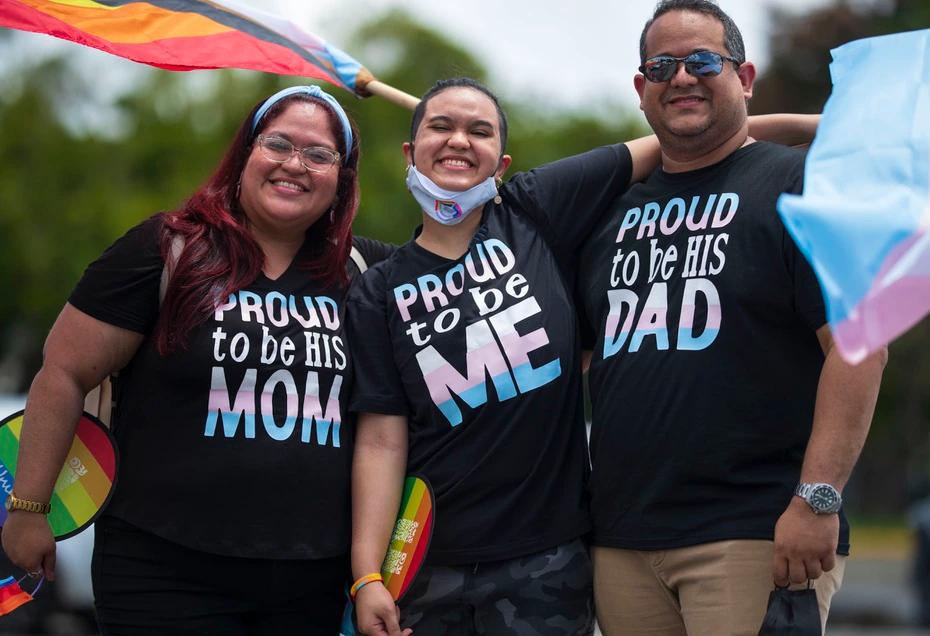 hijo_abranzando_a_sus_padres_durante_ la_marcha_pride_en_puerto_rico