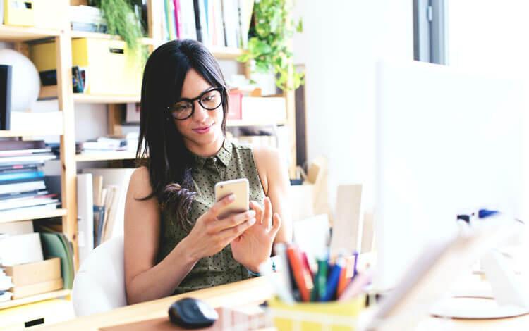 mujer_metida_en_su_celular_en_el_trabajo