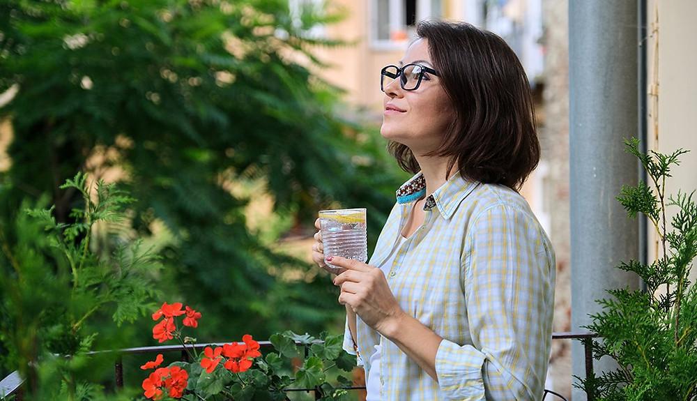 mujer_disfrutando_tiempo_libre_desde_su_balcon