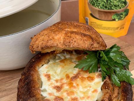 Crema de brócoli gratinada en pan Campesino