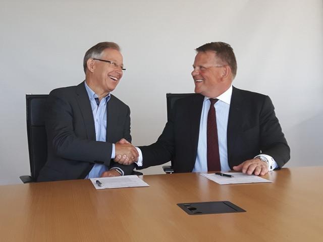 Magnús Gunnarson, formaður Skógræktarfélags Íslands og Björgólfur Jóhannsson, forstjóri Icelandair Group takast í hendur.