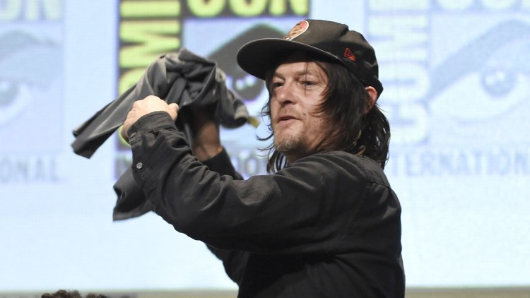 Norman_Reedus_throws_shirt_audience_The_Walking_Dead_panel