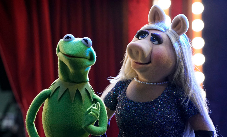 """THE MUPPETS - """"Pig Girls Don't Cry (Pilot)"""" - Miss Piggy is furious that Kermit booked Elizabeth Banks as a guest on her late night talk show Up Late with Miss Piggy, Fozzie Bear meets his girlfriend's parents, and Grammy Award-winning rock band Imagine Dragons performs their new single """"Roots,"""" on the season premiere of """"The Muppets,"""" TUESDAY SEPTEMBER 22 (8:00-8:30 p.m., ET) on the ABC Television Network. (ABC/Eric McCandless) KERMIT THE FROG, MISS PIGGY"""