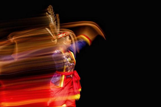 Bailarina folk en movimiento