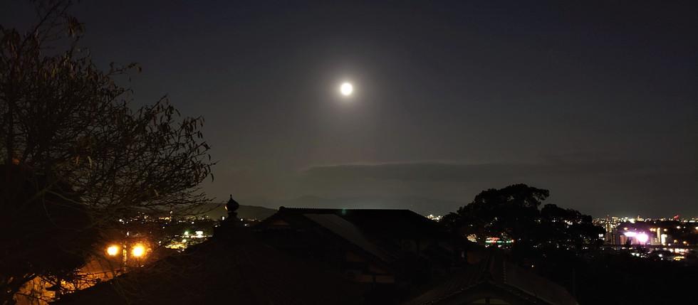 月夜の阿蘇噴煙