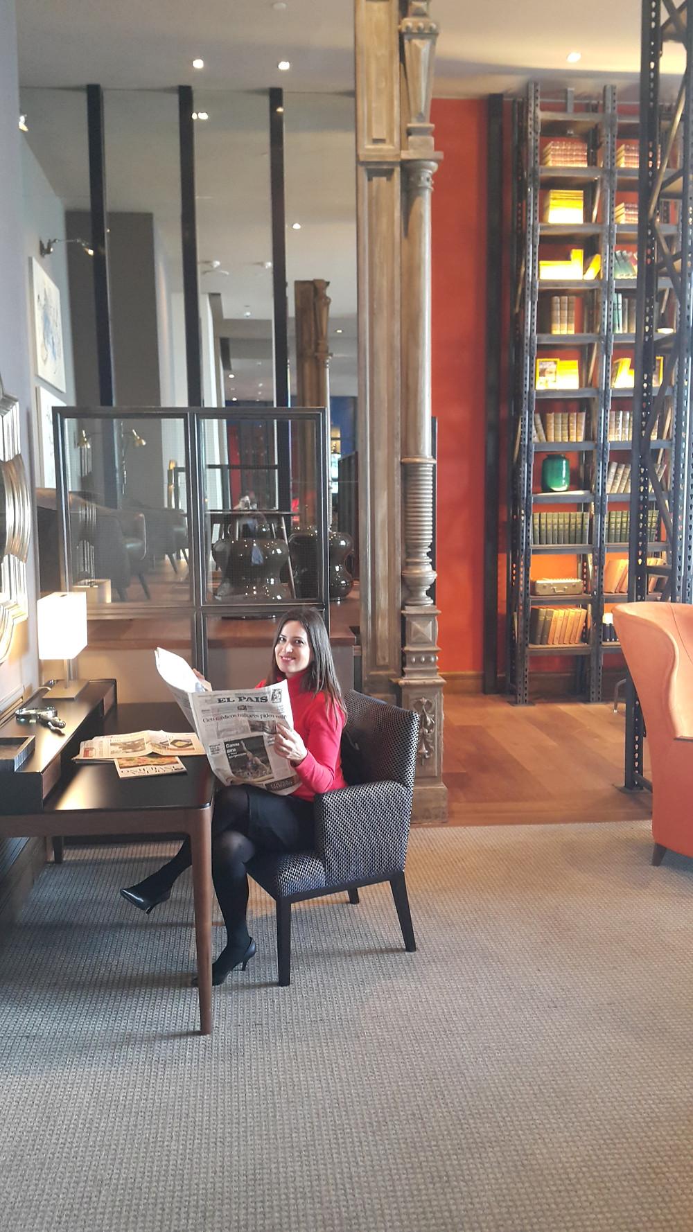 Leticia Brando en el living del Hyatt Centric Montevideo