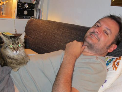 Francesc Miralles y uno de sus gatos
