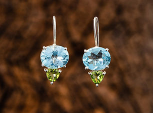 Blue-Topaz-facetted-oval-with-Peridot-fa