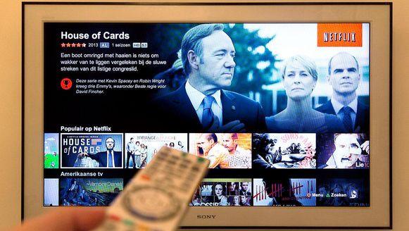 Kijker met afstandsbediening kijkt Netflix House of Cards.