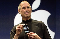 Stve Jobs presenteert de eerste iPhone.  Zijn presentaties zijn legendarisch.
