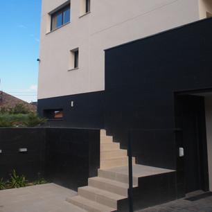 Nuevo acceso principal a vivienda y rehabilitación de fachada