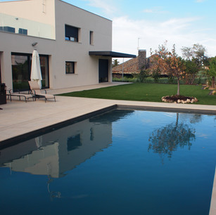 Terraza, solárium y piscina