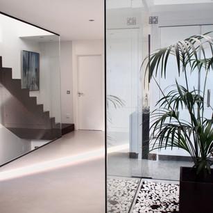 Patio interior de luz con paredes de vidrio