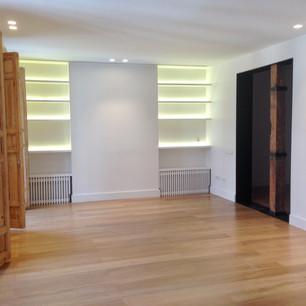 Sala de lectura con iluminación tira led oculta