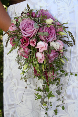Brautstrauss mit Rosen Tropfform