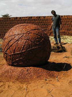 Sphère en terre crue