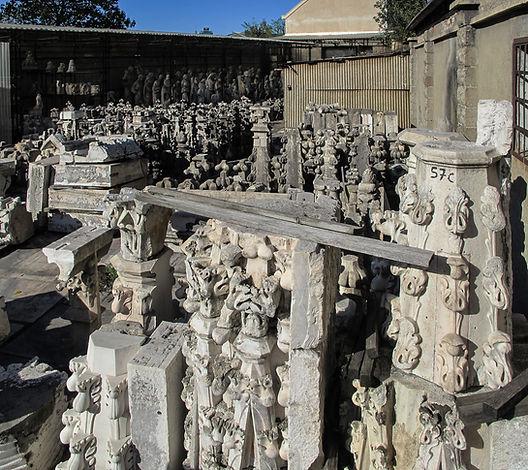 Deposito Cantiere marmisti del restauro del Duomo di Milano con ornato di decorazione