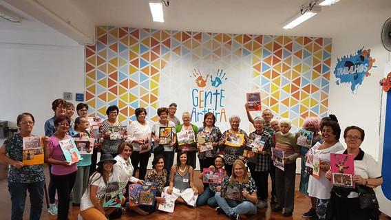 oficina de colagem com idosos na Caixa Cultural de São Paulo