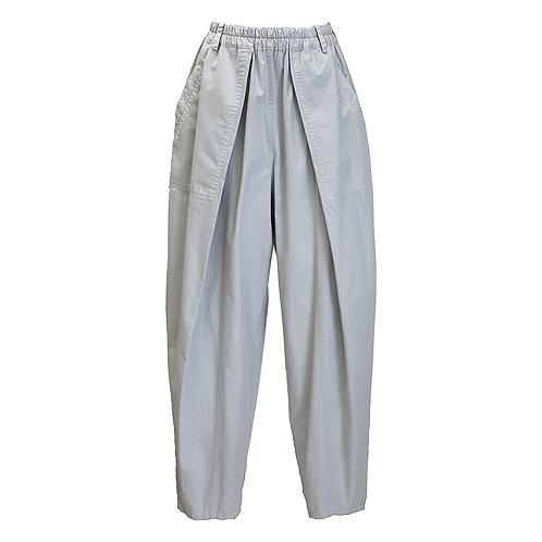 テーパード型パンツ