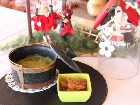 Zuppa di ortiche primaverili e patate di montagna con casera d.o.p e croccante di segale