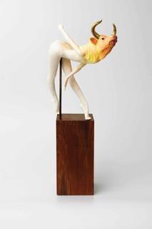 Sold Out  馬戲團-鬥牛 2019 陶瓷雕塑土、實木、黃銅 W30 x H51 x D15 cm
