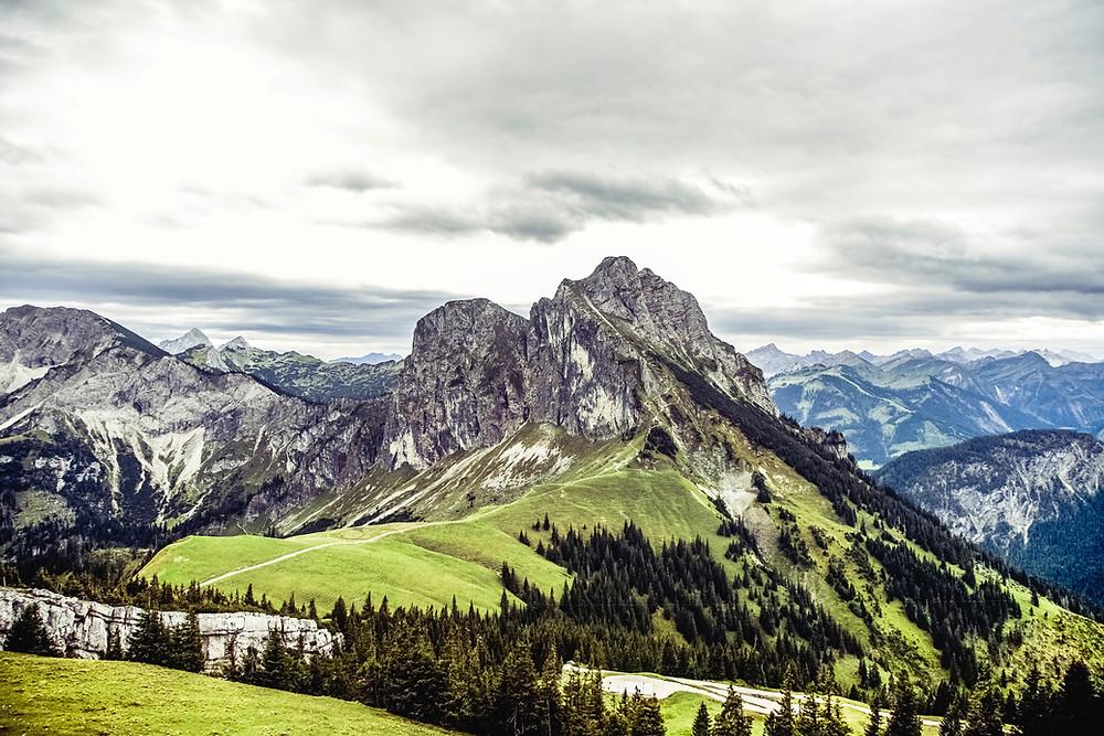 Panorama der Alpen in der Schweiz - Natur braucht den Schutz des Grundgesetzes