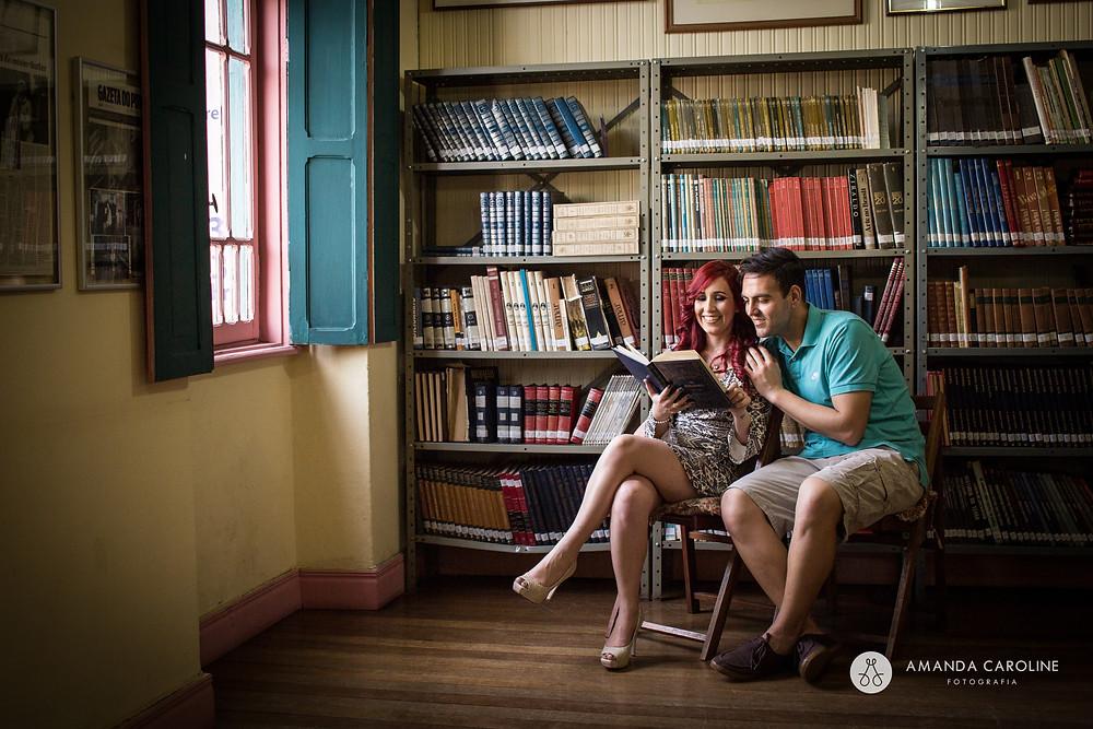 Paula e Alison optaram por um ensaio no local de trabalho da noiva, um antigo casarão.