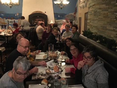 Lundi le 25 novembre, les usagers participent au dîner du restaurant La Brochetterie.