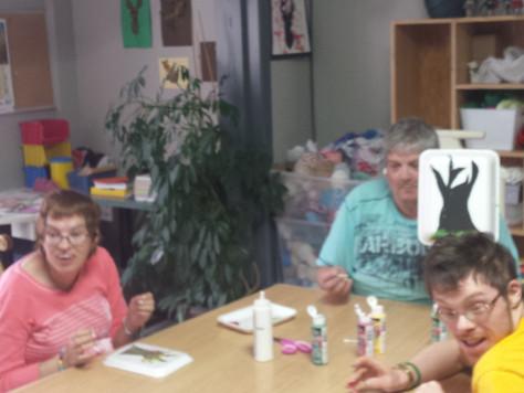 Activités diverses à La Source: Bricolage et peinture avec les mains. Octobre 2017