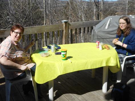 Belle journée, nous dînons à l'extérieur