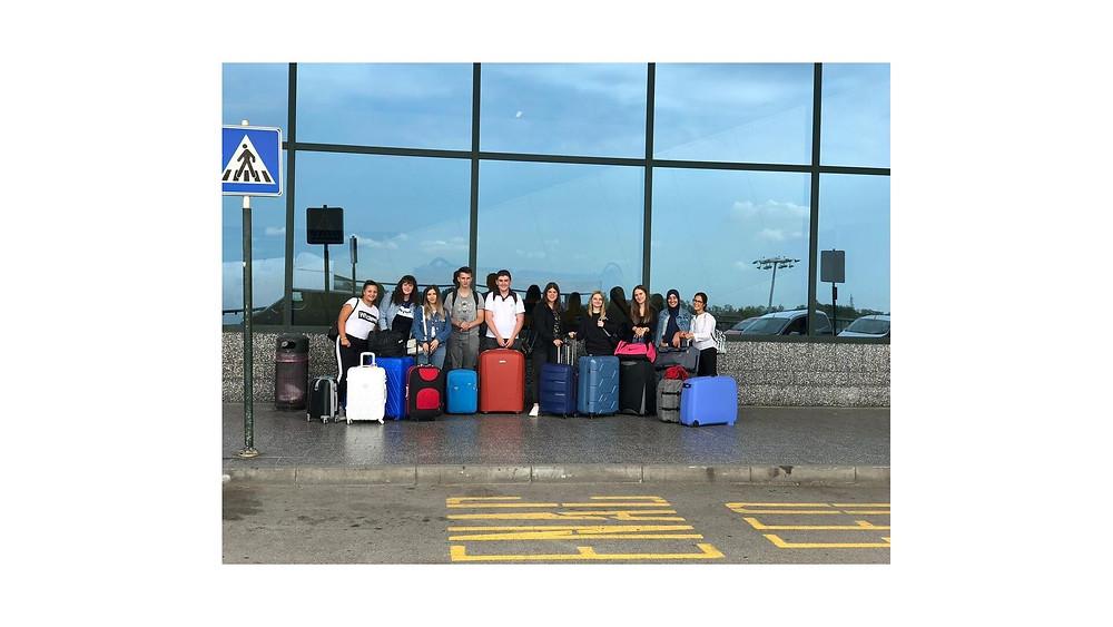 Ragazzi in partenza dall'aeroporto di Milano Malpensa