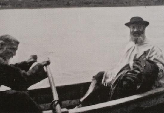 Remando junto a Monseñor Guido Beck de Ramberga, Vicario Apóstolico de la Araucanía, hacia 1940
