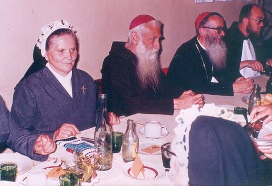 Almuerzo con religiosas. Década de 1970