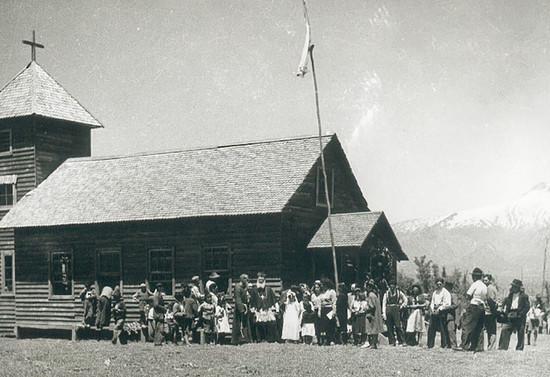 Capilla-Escuela en Caburgua, posiblemente durante una confirmación. Después de 1943