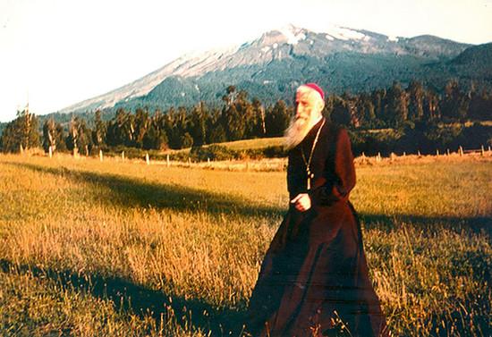 Monseñor Francisco Valdés caminando en una pradera del sur de Chile. Después de 1956