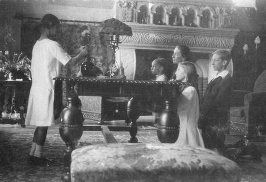 Rezando en familia. Hacia 1922