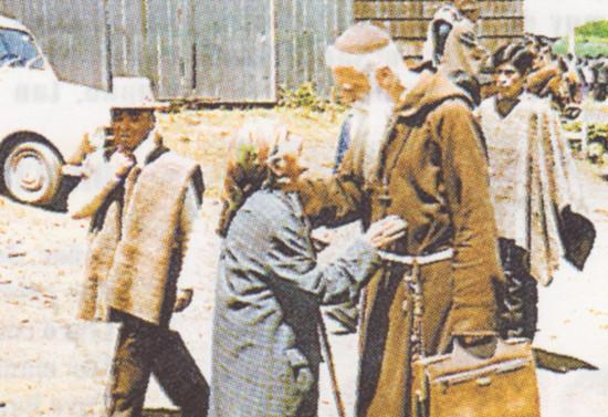 El padre Pancho es saludado por una mujer mapuche