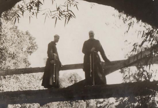El Padre Francisco junto a otro capuchino en un puente en el sur de Chile, hacia 1940