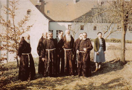 De visita en Monasterio Capuchino, durante su gira en Europa. 1973