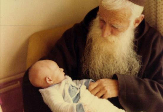 Padre Francisco con un sobrino nieto en brazos, 1980