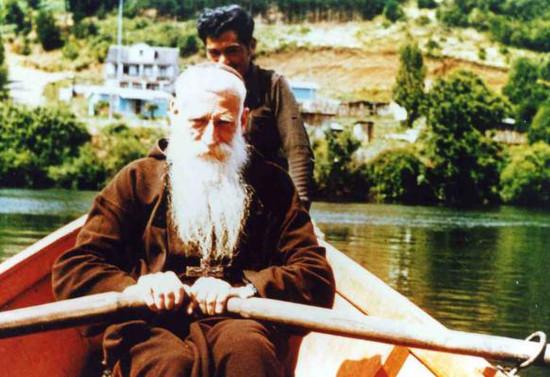 Monseñor Valdés cruzando el río Rahue en Quilacahuín. Década de 1970
