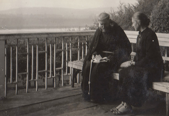 Junto a su madre Blanca Subercaseaux. Hacia 1937