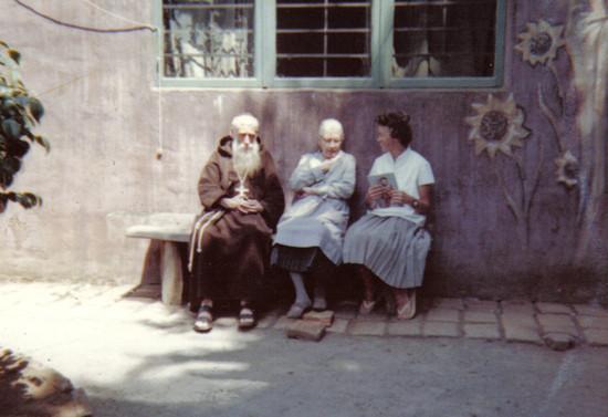 En la Casa de la Espiritualidad con su madre, Blanca Subercaseaux y Ghislaine Watelet. 1963