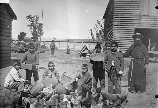 Misionero y niños en una escuela capuchina