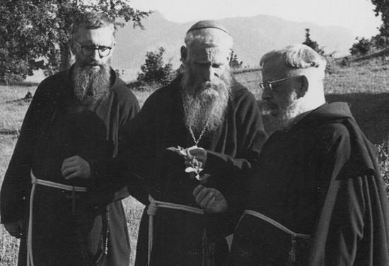Monseñor Francisco Valdés junto a dos capuchinos. Después de 1956